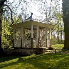 Pavillon vorm Eingang des Schlossparks in Ostrau