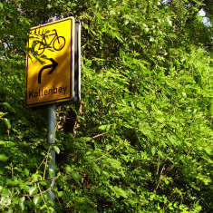 Am Schild Kollenbey geht es unter der B 91 hindurch