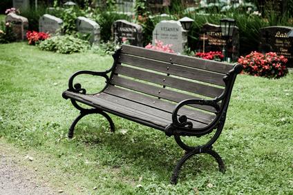 Friedhofsruhe mit Bank