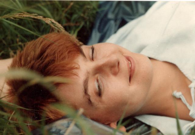 Mit roten Haaren im grünen Gras