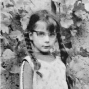 Christiane im Alter von 7 Jahren - links mit Zöpfen UND Mandeln, rechts mit Zöpfen OHNE Mandeln